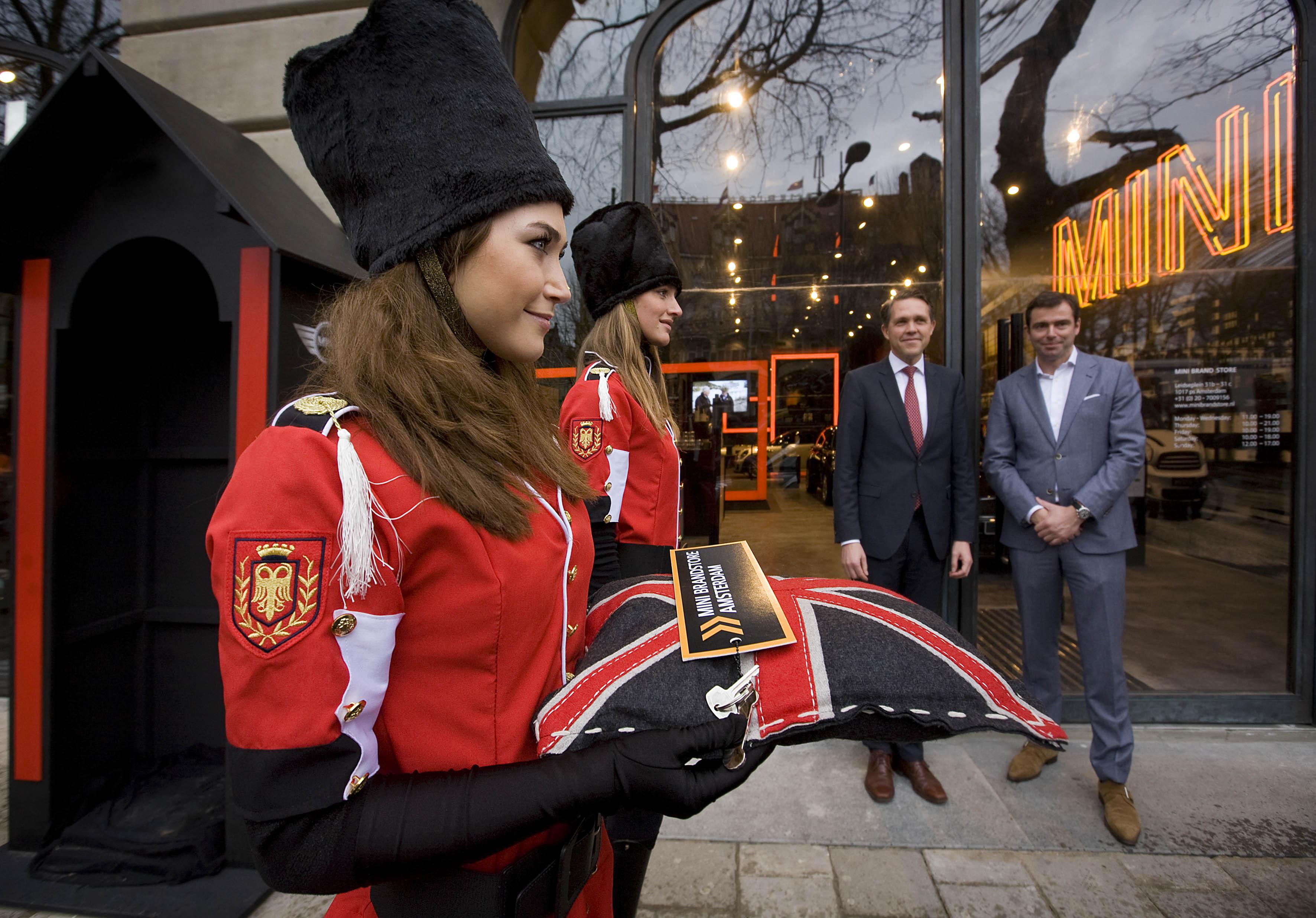 MINI : Queens guards open MINI Brand Store Amsterdam.